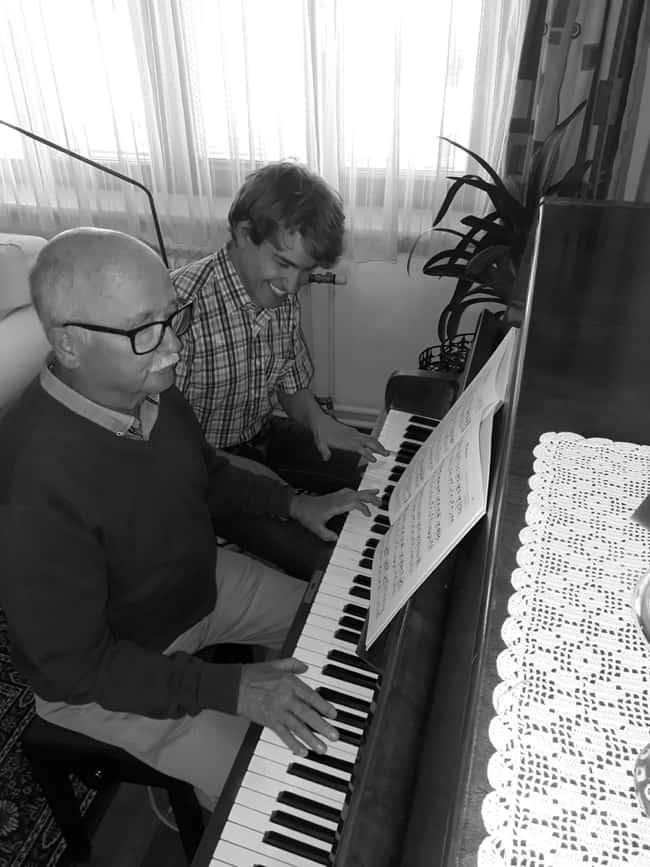 Klavierlehrer Jakob Schachamayr beim privaten Klavierunterricht mit einem erwachsenen Klavierschüler